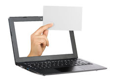 Tarjeta blanca del espacio en blanco de la mano del ordenador portátil del ordenador aislada Fotos de archivo