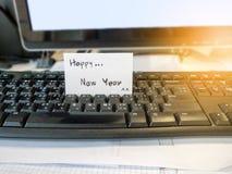 Tarjeta blanca del post-it de la Feliz Año Nuevo Fotografía de archivo