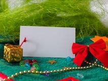 Tarjeta blanca del saludo de la Navidad con el espacio para el texto imágenes de archivo libres de regalías
