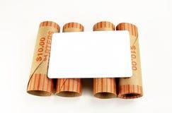 Tarjeta blanca en blanco en las envolturas del dinero Imagenes de archivo