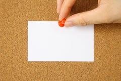 Tarjeta blanca en un tablero del corcho Fotografía de archivo libre de regalías