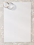 Tarjeta blanca para la enhorabuena con los anillos Fotografía de archivo