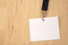Tarjeta blanca vacía en acollador negro del comercio justo foto de archivo