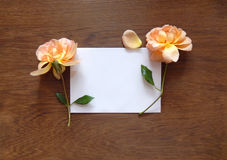 Tarjeta color de rosa y en blanco del inglés para el texto en la madera Imagen de archivo