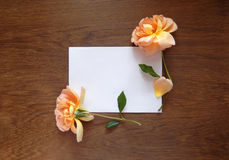 Tarjeta color de rosa y en blanco del inglés para el texto en la madera Fotografía de archivo