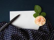 Tarjeta color de rosa y en blanco del inglés para el texto en tela Foto de archivo libre de regalías
