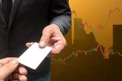 Tarjeta comercial del crédito en blanco del control del hombre de negocios y divisas que negocian a Lin Fotos de archivo libres de regalías