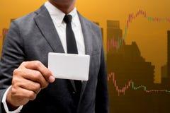 Tarjeta comercial del crédito en blanco del control del hombre de negocios y divisas que negocian a Lin Foto de archivo libre de regalías