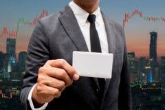 Tarjeta comercial del crédito en blanco del control del hombre de negocios y divisas que negocian a Lin Fotografía de archivo libre de regalías
