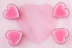 Tarjeta con cuatro corazones, papeles y avaricias rosados Foto de archivo libre de regalías