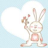Tarjeta con el conejito sonriente del juguete que sostiene las flores ilustración del vector