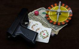 Tarjeta con el dinero arma y ruleta foto de archivo libre de regalías