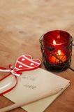 Tarjeta con el mensaje con el amor en la letra, vela romántica Holde foto de archivo libre de regalías