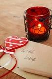 Tarjeta con el mensaje con el amor en la letra, vela romántica Holde imagenes de archivo
