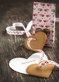 Tarjeta con el mensaje Valentine Day feliz y las galletas en forma de corazón Foto de archivo libre de regalías