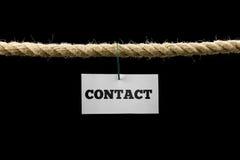 Tarjeta con la ejecución del texto del contacto por el alambre de una cuerda aislada en b Imagen de archivo libre de regalías