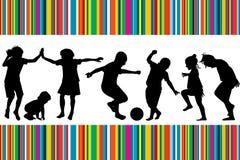 Tarjeta con las siluetas de jugar de los niños Foto de archivo libre de regalías