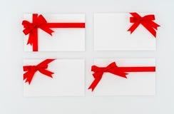 Tarjeta con los arqueamientos rojos de las cintas Fotografía de archivo