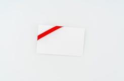 Tarjeta con los arqueamientos rojos de las cintas Imagen de archivo
