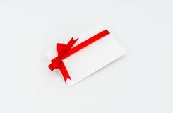 Tarjeta con los arqueamientos rojos de las cintas Imágenes de archivo libres de regalías