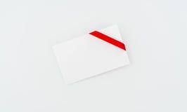 Tarjeta con los arqueamientos rojos de las cintas Imagenes de archivo