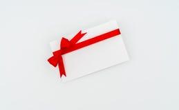 Tarjeta con los arqueamientos rojos de las cintas Imagen de archivo libre de regalías