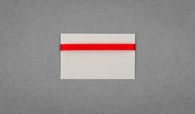 Tarjeta con los arqueamientos rojos de las cintas Foto de archivo