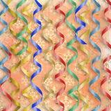 Tarjeta con los bobinadores de cintas en modo continuo multicolores al día de fiesta Imagen de archivo