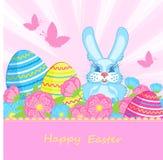 Tarjeta con los conejitos y los huevos de Pascua azules Foto de archivo