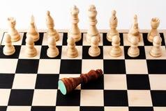 Tarjeta de ajedrez con el rey caido Imagenes de archivo