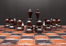 Tarjeta de ajedrez con las figuras fotos de archivo