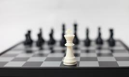 Tarjeta de ajedrez con las figuras imagenes de archivo