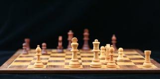 Tarjeta de ajedrez con los pedazos de ajedrez Foto de archivo