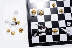 Tarjeta de ajedrez en el fondo blanco Figuras de oro y de plata fotos de archivo libres de regalías