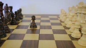 Tarjeta de ajedrez Panorama del carro de pedazos de ajedrez negros a los pedazos de ajedrez blancos El movimiento de abertura con almacen de metraje de vídeo