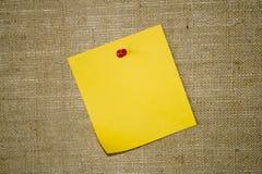 Tarjeta de aviso amarilla del papel de nota Fotos de archivo libres de regalías