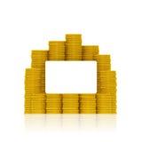 Tarjeta de banco en blanco en la pila de monedas de oro Foto de archivo libre de regalías