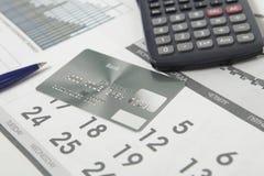 Tarjeta de banco en la página del calendario Foto de archivo libre de regalías