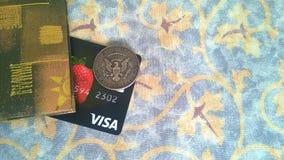 Tarjeta de banco de la visa y moneda del medio dólar imagen de archivo