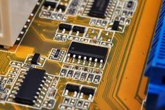 Tarjeta de circuitos con los microchipes Fotos de archivo