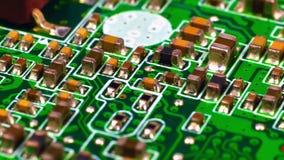 Tarjeta de circuitos con los microchipes almacen de metraje de vídeo