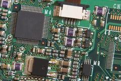 Tarjeta de circuitos con los resistores y los microprocesadores Imagen de archivo libre de regalías