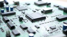 Tarjeta de circuitos electrónicos con el procesador almacen de metraje de vídeo