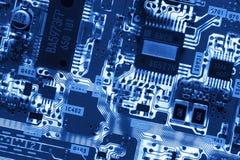 Tarjeta de circuitos que brilla intensamente azul imagenes de archivo