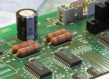 Tarjeta de circuitos verde con los componentes fotografía de archivo libre de regalías