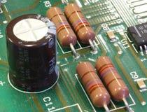 Tarjeta de circuitos verde con los componentes Imagenes de archivo