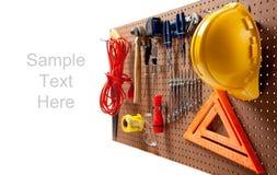 Tarjeta de clavija con las herramientas y el sombrero duro imagen de archivo libre de regalías