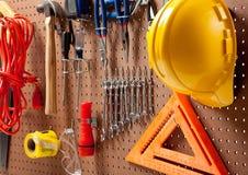 Tarjeta de clavija con las herramientas y el sombrero duro foto de archivo libre de regalías