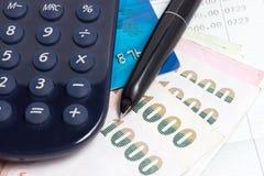 Tarjeta de crédito, billetes de banco tailandeses y calculadora con la cartilla de ahorros. foto de archivo libre de regalías