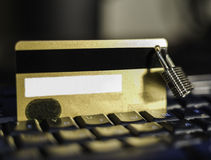 Tarjeta de crédito con el candado de la ejecución en el teclado imagen de archivo